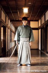 日本刀「長谷部」を携えた吉沢亮