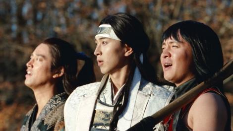au 三太郎シリーズ「みんながみんな英雄」篇CMカット(左から)桐谷健太、松田翔太、濱田岳