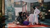 菜々緒にガラスの靴をプレゼントする浦島太郎=au 三太郎シリーズ「みんながみんな英雄」篇CMカット
