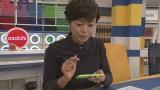 公式アプリ『私の流儀』を操作中の有働アナウンサー(C)NHK