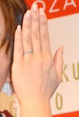 結婚指輪がキラリ… (C)ORICON NewS inc.