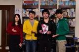 高橋優(左から3人目)がドラマ『悪党たちは千里を走る』撮影現場を訪問(C)TBS