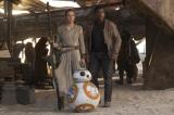 新キャラクターのレイ(デイジー・リドリー)、フィン(ジョン・ボイエガ)、そして「BB-8」(C)2015 Lucasfilm Ltd. & TM. All Rights Reserved