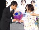 吉田栄作の誕生日を祝して花束を贈呈した田中麗奈 (C)ORICON NewS inc.