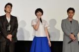 映画『ピンクとグレー』初日舞台あいさつに出席した(左から)菅田将暉、夏帆、柳楽優弥