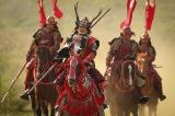 第1回「船出」の冒頭を飾るのは、大坂夏の陣で葵の旗をめがけて突撃していく真田信繁率いる赤備え(C)NHK