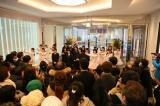 「NGT48劇場」オープニングセレモニー 劇場が入る商業施設「ラブラ2」の1階と2階のスペースを利用して、メンバーが市内の宮浦中学校合唱部員と「恋するフォーチュンクッキー」を歌うサプライズイベントも実施。買い物客相手にあいさつ代わりのパフォーマンス (C)AKS