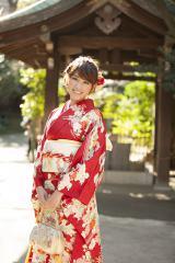 振袖は母と祖母で選んだという久松郁実 撮影は渋谷・氷川神社にて