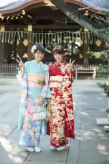 ピース! 新成人となった(左から)松元絵里花、久松郁実