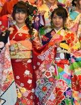 「AKB48グループ成人式記念撮影会」に参加したAKB48の入山杏奈&木崎ゆりあ (C)ORICON NewS inc.