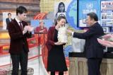 ジャーナリストの池上彰氏からプレゼントを受け取るSHELLY(C)テレビ東京