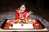 自身の役柄のデコレーションケーキでお祝いされた