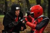 1月24日放送、スーパー戦隊シリーズ『手裏剣戦隊ニンニンジャー』。殺陣師にかっこいい動きをつけてもらったという笹野高史のアクションに注目(C)2015 テレビ朝日・東映AG・東映