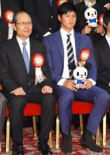 『第50回 ビッグスポーツ賞』表彰式に出席した(左から)王貞治、大谷翔平 (C)ORICON NewS inc.
