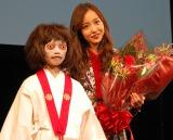 10周年イベントを開催した板野友美(右)と映画『のぞきめ』で共演した石井心愛(左) (C)ORICON NewS inc.