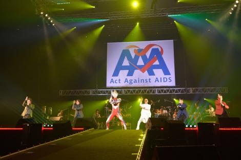 (左から)岸谷五朗、神木隆之介、ウルトラマンティガ、サンプラザ中野くん、三浦春馬、寺脇康文=エイズ啓発チャリティーイベント『Act Against AIDS 2015「THE VARIETY 23」』