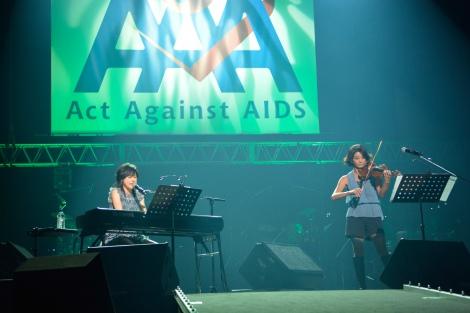 (左から)岸谷香、高嶋ちさ子=エイズ啓発チャリティーイベント『Act Against AIDS 2015「THE VARIETY 23」』