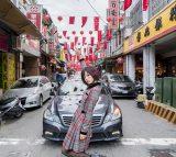 台湾の街をバックに写真撮影したハナエ