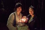 (左から)ジュノ、キム・ゴウン。撮影最終日のジュノへ花束とケーキをプレゼント