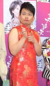 セクシーなチャイナドレスで登場した春澪(宮迫博之)