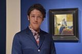 1月30日放送、TBS『フェルメールとレンブラント〜オランダ黄金時代の奇跡〜』にナビゲーターとして出演する玉木宏。後ろは日本初公開のフェルメール「水差しを持つ女」(C)TBS