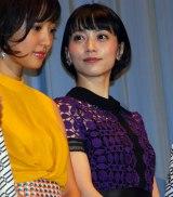 映画『田沼旅館の奇跡』初日舞台あいさつを行った夏菜(左)、遠藤久美子