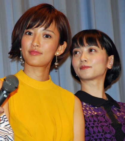 映画『田沼旅館の奇跡』初日舞台あいさつを行った夏菜、遠藤久美子