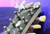 401.15カラットのダイヤモンドと1.6キロの18金ホワイトゴールドで装飾された、約2億5千万円のギブソンギター。ねっど部分にもダイヤモンドが… (C)oricon ME inc.