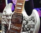 401.15カラットのダイヤモンドと1.6キロの18金ホワイトゴールドで装飾された、約2億5千万円のギブソンギター (C)oricon ME inc.