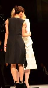 『運命を、変えよう。〜SK-II CHANGE DESTINY FORUM〜』イベントに登場し、再会のハグをするケイト・ブランシェットと綾瀬はるか (C)oricon ME inc.