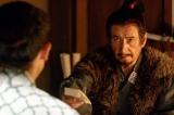 第3回「策略」より。上杉景勝への書状を真田信幸(大泉洋)に手渡す昌幸(草刈正雄)(C)NHK