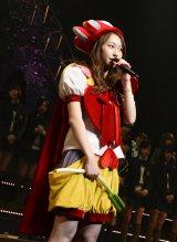 AKB48からの卒業を発表した小林香菜。自身の代表曲のトレードマーク・ネギを持ったまま切り出した(C)AKS