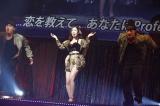 『AKB48単独リクエストアワー セットリストベスト100 2016』で1位に輝いた「赤いピンヒールとプロフェッサー」を歌う松井珠理奈 (C)AKS