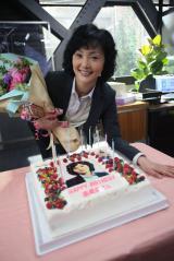 テレビ朝日系ドラマ『スペシャリスト』の出演者が南果歩の誕生日を祝福(C)テレビ朝日