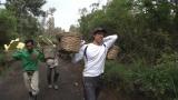 ジャワ島にあるカワ・イジェン火山で硫黄を採掘する人々を取材した庄司智春