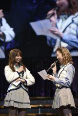 AKB48を卒業する永尾まりや(左)への送辞を読む島崎遥香(C)AKS