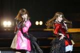 「スキャンダラスに行こう!」を歌う(左から)高城亜樹、永尾まりや(C)AKS