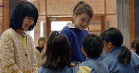 故郷・徳島の桜谷小学校を訪れたチャットモンチー
