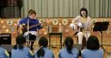 桜谷小学校でライブを行った(左から)福岡晃子、橋本絵莉子