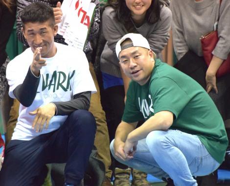 プロバスケットボールリーグ『NBL』のトヨタ自動車アルバルク東京VSレバンガ北海道にゲストとして出席した(左から)麒麟・田村裕、レイザーラモンRG (C)ORICON NewS inc.