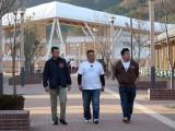 女川駅を背に歩く(左から)鈴木康仁さん、伊達みきお、富澤たけし(C)TBC
