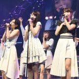 AKB48の10周年記念シングル「君はメロディー」のセンターに抜てきされた宮脇咲良(中央) (C)AKS