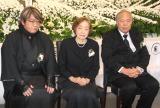 (左から)発起人の作家・京極夏彦氏、妻・水木布枝さん、発起人代表の作家・荒俣宏氏 (C)ORICON NewS inc.