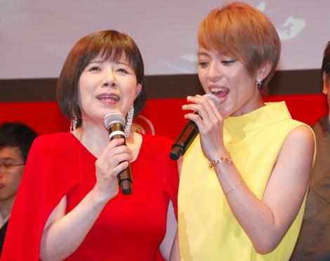 森のデビュー曲「せんせい」を即興でセッションした(左から)森昌子、今井絵理子=『キットカット ショコラトリー プレミアムシアター』発表会