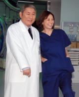 今夏に放送される『ドクターX〜外科医・大門未知子〜スペシャル』に出演する(左から)ビートたけし、米倉涼子 (C)ORICON NewS inc.