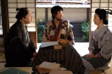 第4回より。近松門左衛門(松尾スズキ)は世間を騒がせている赤穂義士の仇討ちを題材に浄瑠璃を書こうとするが、万吉(青木崇高)に討ち入りしたのは四十六士だと指摘される。そこに井戸端で消えた四十七人目のうわさを聞いたと、母・喜里(富司純子)がやってくる(C)NHK
