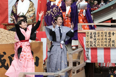 裃(かみしも)を着用し、「福は内」と豆をまく波瑠と玉木宏(C)NHK