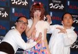 映画『ヴィジット』公開記念イベントに出席した藤田ニコル(中央)とトレンディエンジェル (C)ORICON NewS inc.