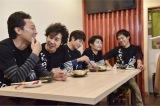 札幌のモツ料理店で(C)HTB