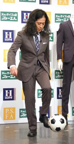 スーツでリフティングする又吉直樹=『ピース×はるやま商事』新CM発表記者会見 (C)ORICON NewS inc.